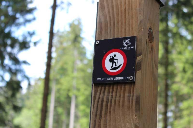 detailfoto-wandelaars-verboden-bij-bikepad-trailpark-Winterberg