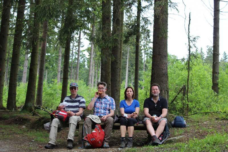 wandelaars-picknick-bos-Winterberg-Haus-am-Walde