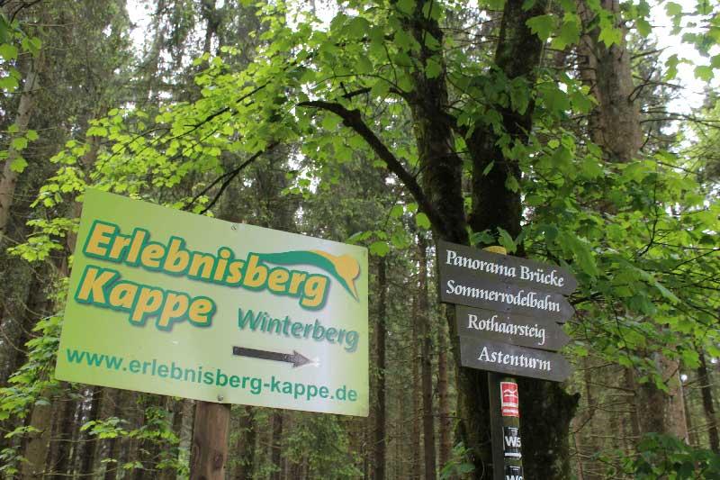 wegwijzer-met-activiteiten-Winterber-naast-Haus-am-Walde